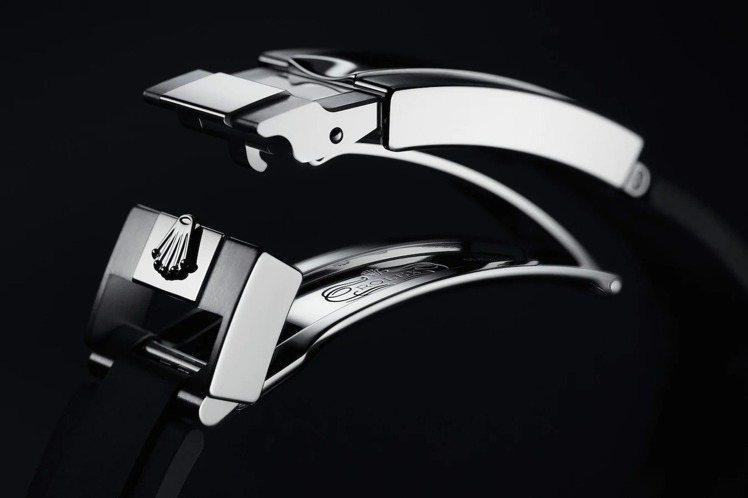Yacht-Master 42腕表具備專利的Glidelock延展系統,無需額外...
