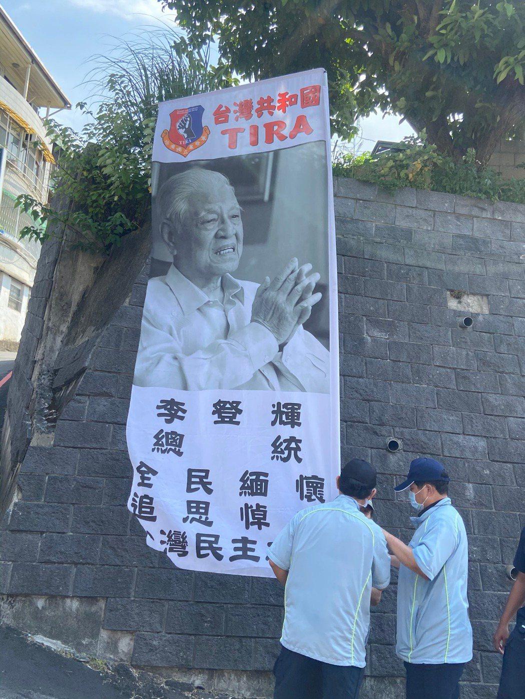 有支持者到會場附近舉旗,被警方勸離以避免影響活動進行。記者柯毓庭/攝影