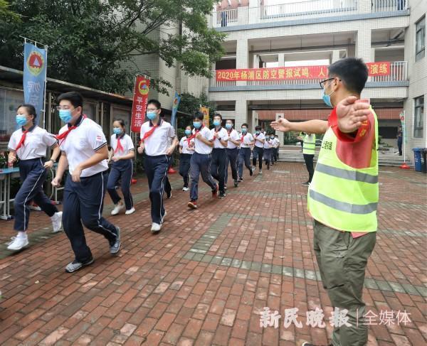 圖為上海理工大學附屬初級中學學生19日中午參與防空演習。(取自新民晚報網站)