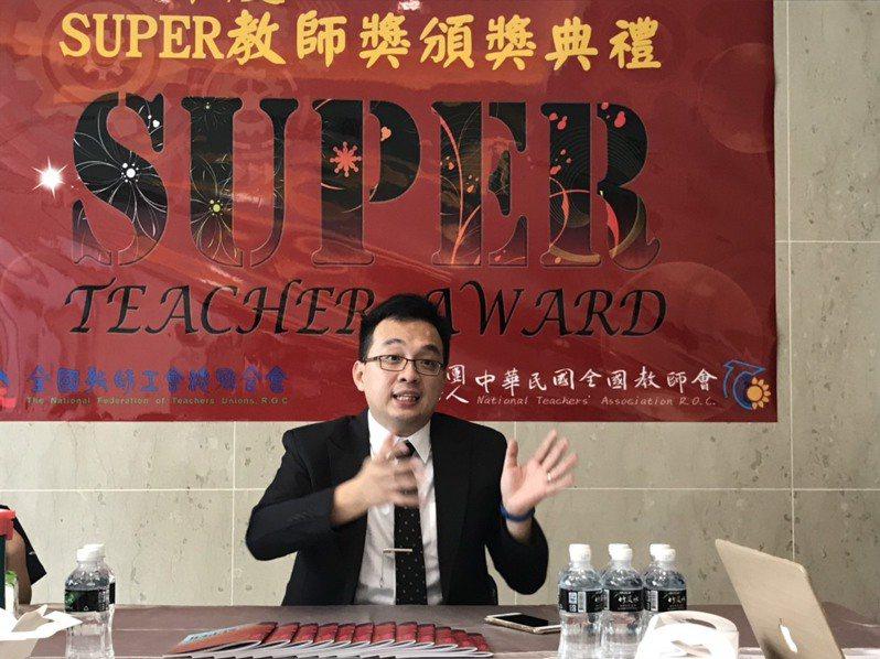 全國Super教師獎今舉行頒獎典禮,大專組獲獎人是今年37歲的中台科技大學護理系教師陳韋陸。記者潘乃欣/攝影