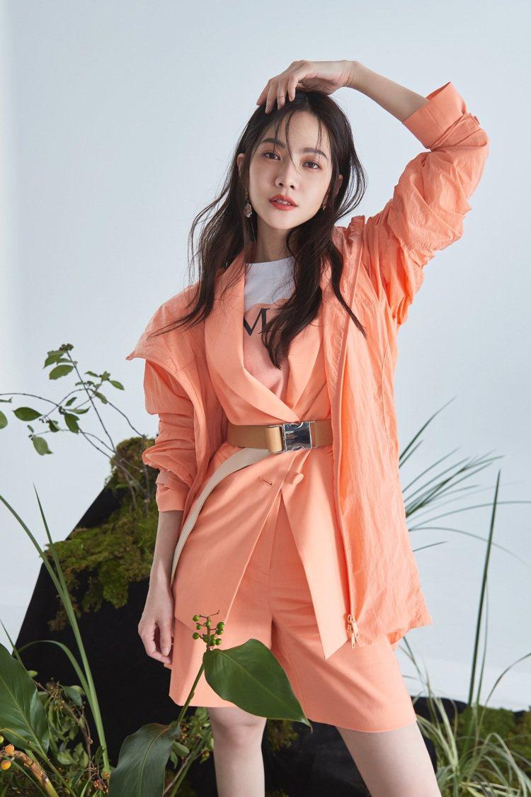 曾之喬擅長詮釋柔美女人味,圖為MAX&Co.秋冬粉橘色套裝。圖/MAX&Co.提...