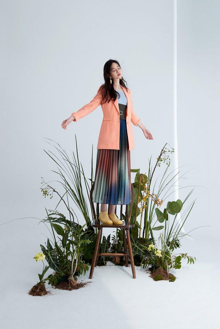 曾之喬身穿漸層百褶裙在花葉場景中,浪漫且夢幻。圖/MAX&Co.提供