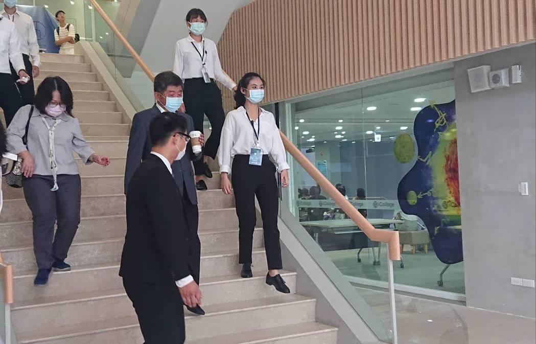衛福部部長陳時中今出席台北醫學大學授袍典禮,會前媒體堵訪時問及,上午健保數公布改...