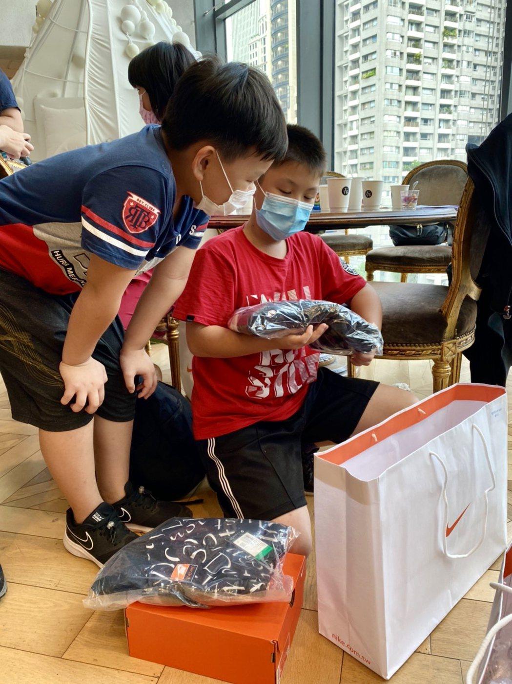 小朋友開心地打開「幸福大禮包」。記者宋健生/攝影