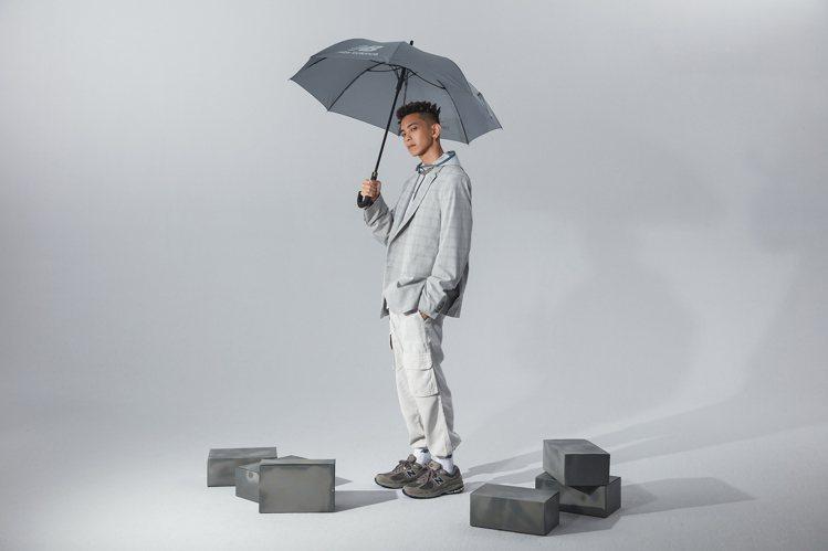 楊艾倫演繹ML2002RA鞋4,680元。圖/New Balance提供