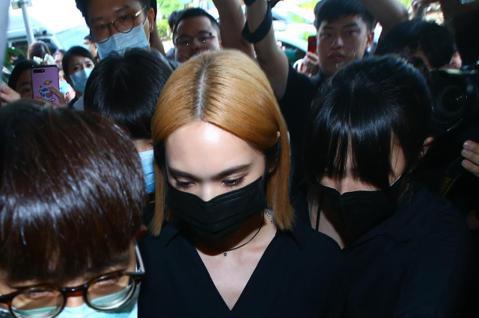 小鬼黃鴻升今天靈堂開放首日,楊丞琳結束下午記者會活動後隨即抵達靈堂現場,全程未發話。