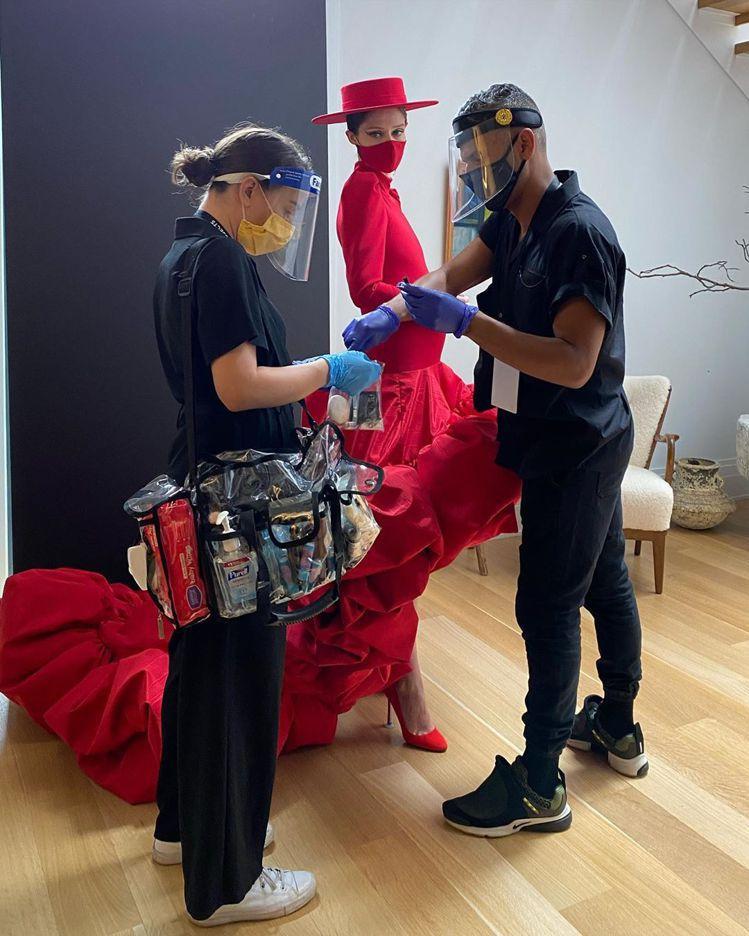 Coco Rocha的IG圖片中看出這場秀的化妝師在防疫中亦嚴陣以待。圖/取自I...