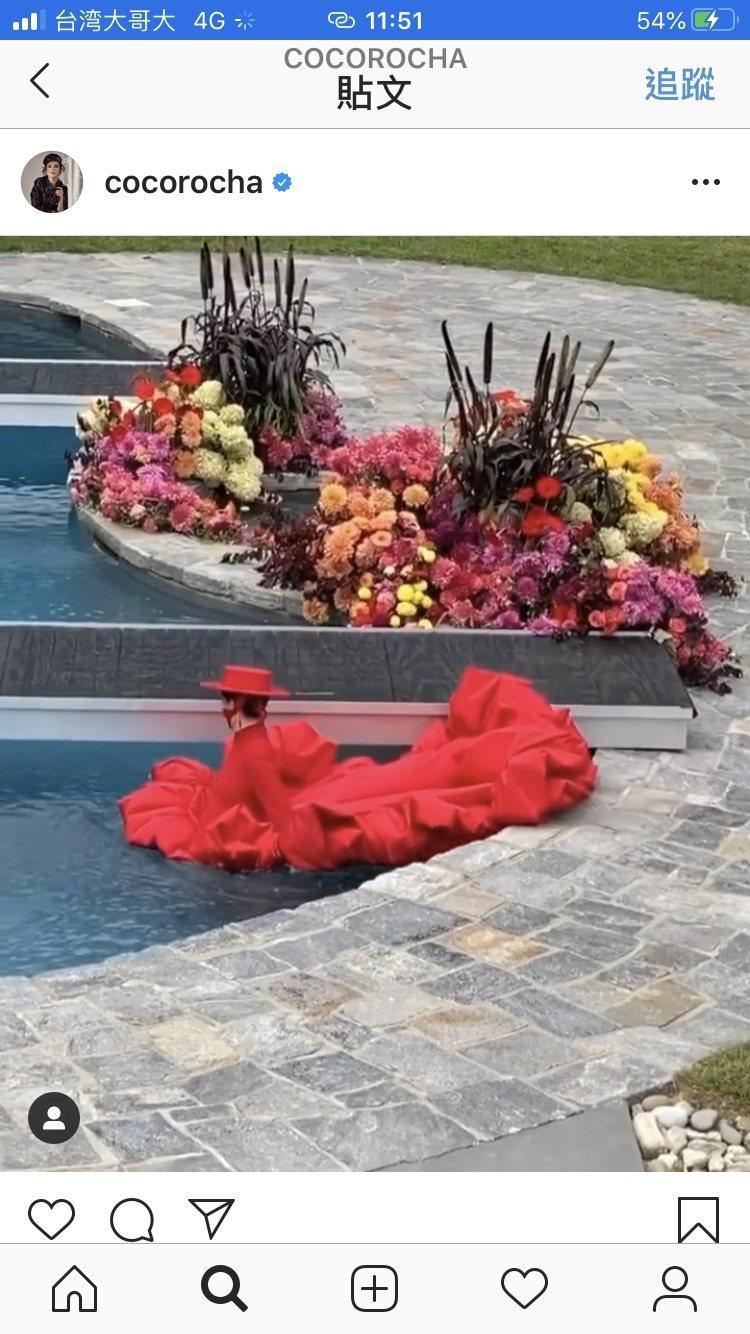 Coco Rocha的IG影片中她率性走入水中。圖/截自IG