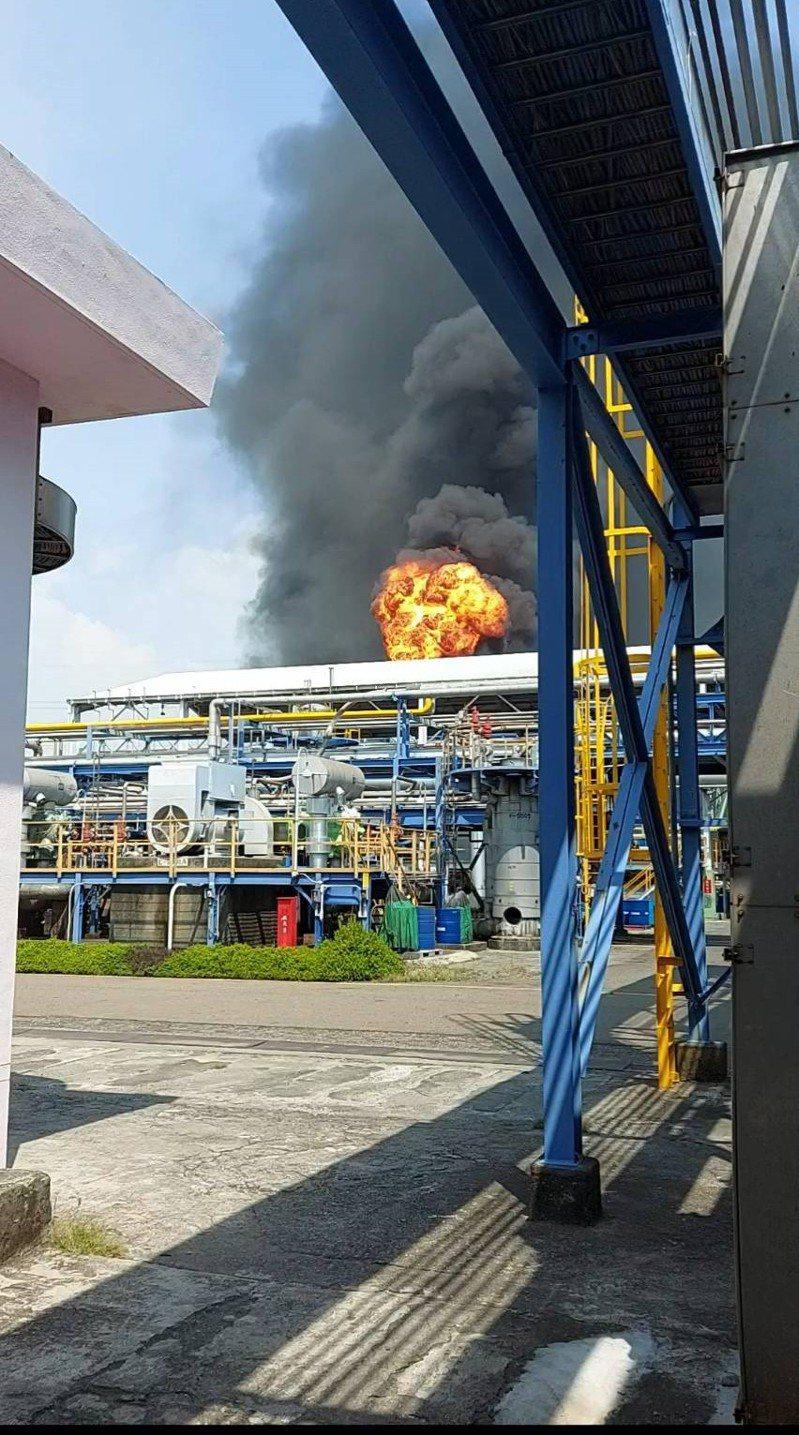 亞聚高雄林園廠發生設備故障事故,引發火勢和冒出大量黑煙。 圖/環保局提供
