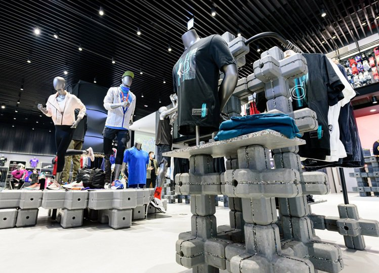 YYsports竹科概念店,全店佔據面積最大的就是來自寶成集團製鞋廢料的回收陳列...