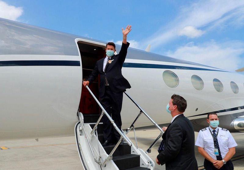 克拉奇(左)搭乘美國專機離台前,揮手向送機人員致意。圖/外交部提供