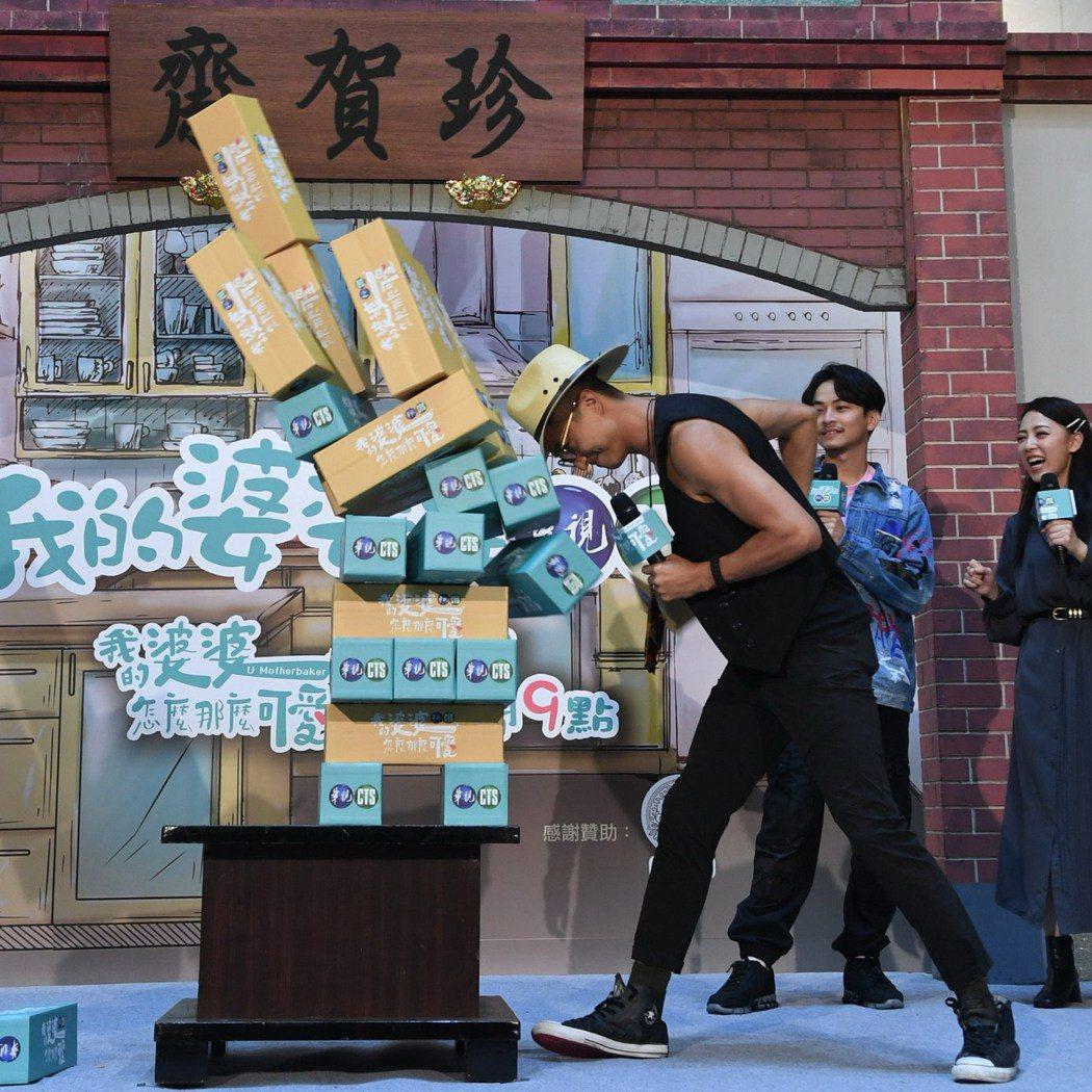 王少偉出席「我的婆婆」見面會玩遊戲。圖/華視提供