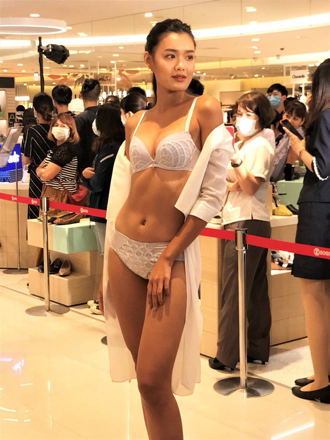 新竹SOGO睽違七年後,舉辦最盛大的內衣時尚秀,聯合14家內衣品牌,展示多達48...