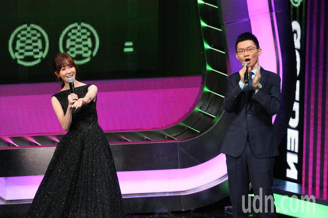 第55屆廣播金鐘獎頒獎典禮在國父紀念館舉行,瑪麗(左)與視網膜(右)擔任主持人。