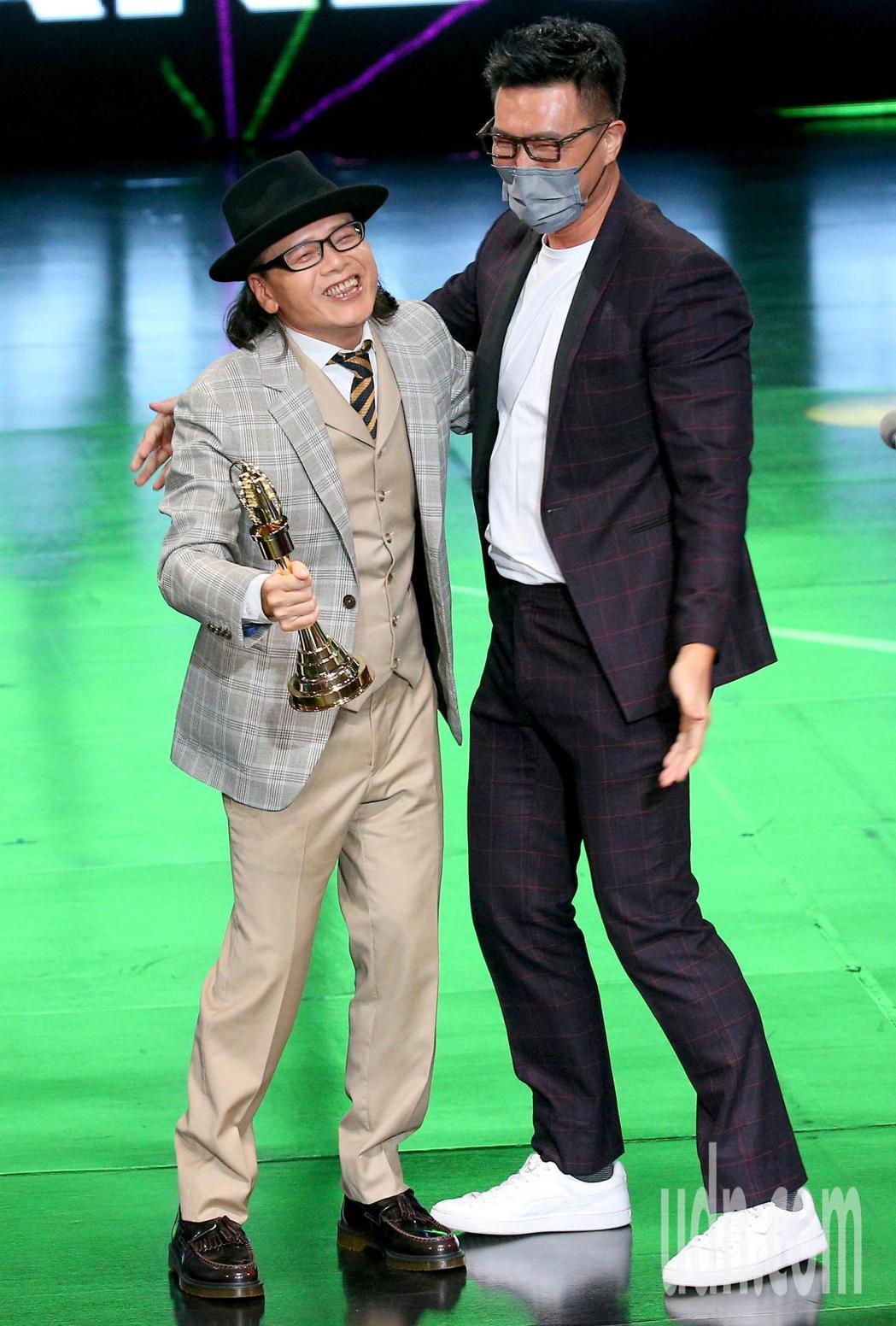 第55屆廣播金鐘獎頒獎典禮在國父紀念館舉行,蔣偉文(右)擔任頒獎人,擁抱恭喜獲頒