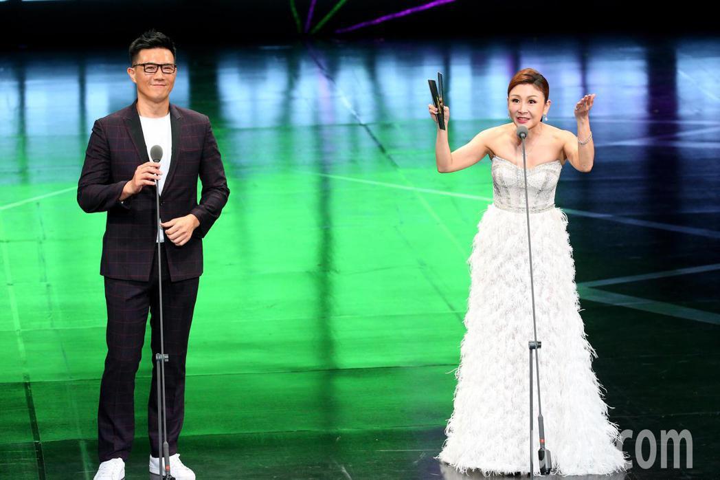 第55屆廣播金鐘獎頒獎典禮在國父紀念館舉行,蔣偉文(左)與曲艾玲(右)擔任頒獎人...