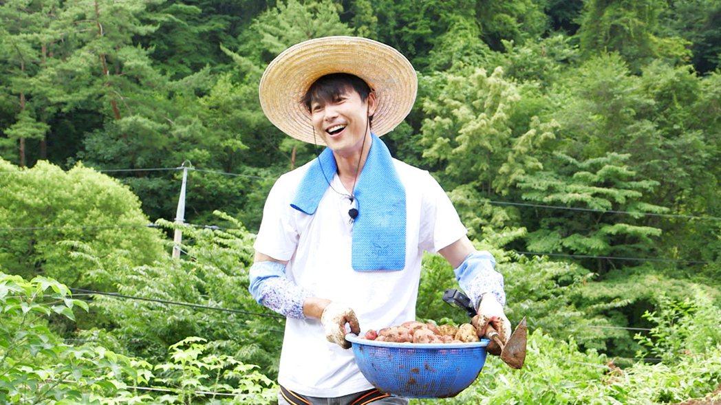 韓影帝鄭雨盛也到「一日三餐」作客、跟著下田工作。圖/東森戲劇台提供