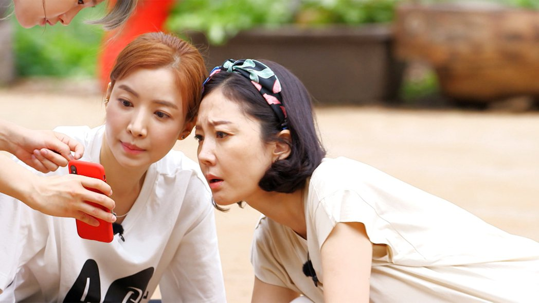 廉晶雅(右)、尹世雅參加「一日三餐」卻自稱不懂廚藝。圖/東森戲劇台提供