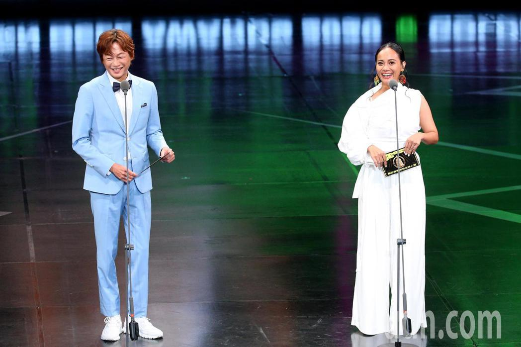 第55屆廣播金鐘獎頒獎典禮在國父紀念館舉行,吳建恆(左)與ABAO阿爆(右)擔任...