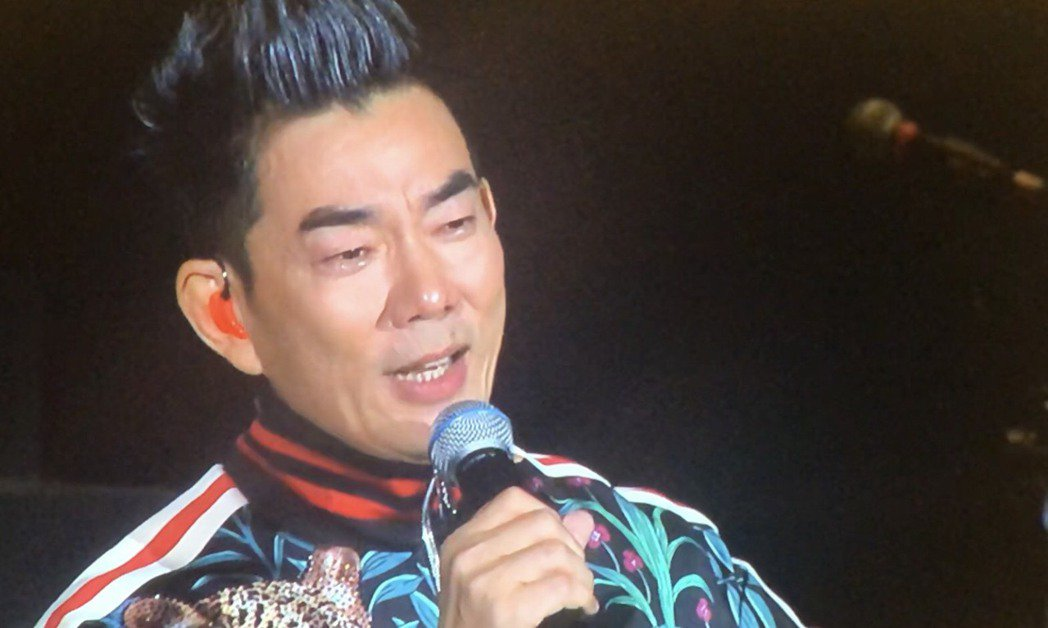 任賢齊今晚演唱會唱到「我是一隻小小鳥」,想到小鬼逝世,暴哭不能言語。記者王郁惠/...