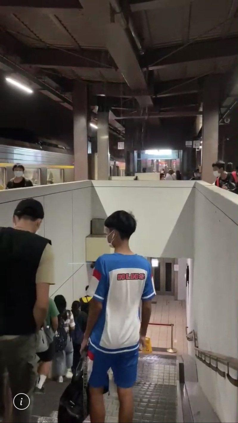 花蓮玉里火車站前晚月台頂棚漏水,旅客紛紛走避。圖/黃姓民眾提供