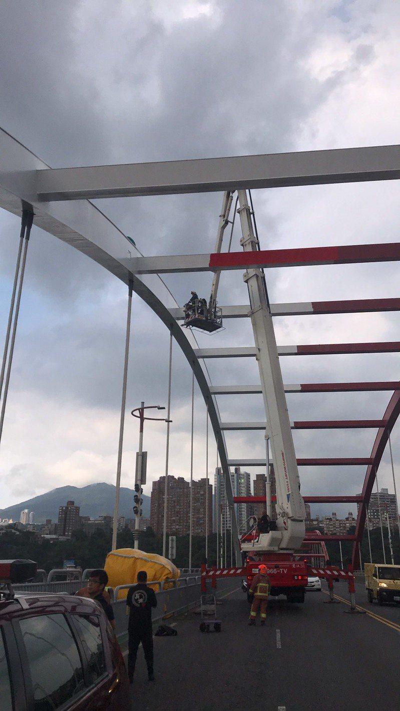 新北八里關渡橋前天發生民眾爬上橋頂欲輕生,花了近3小時才排除,也造成淡水河兩岸大塞車。記者王敏旭/翻攝