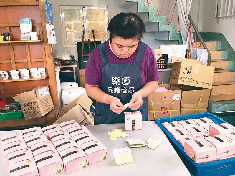 花蓮黎明機構附設樂道庇護商店員工趕製中秋禮盒,盼外界多支持。圖/黎明機構提供