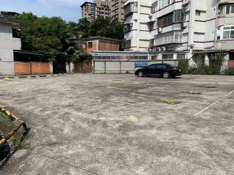 政大提3方案,要將部分停車場側宿舍移地保存,並新建10至12層樓高學人宿舍。記者趙宥寧/攝影