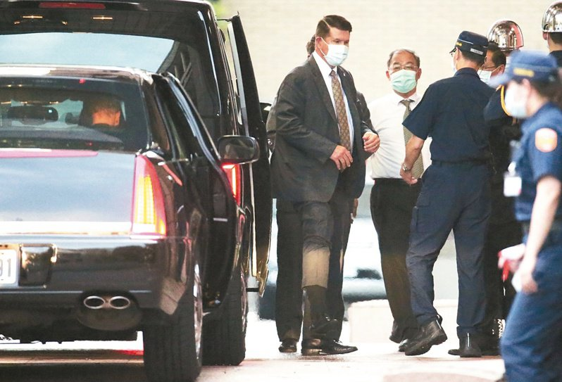 美國國務次卿克拉奇(左)搭專機離台,圖為日前他赴政院拜會行政院長蘇貞昌。 圖/聯合報系資料照片
