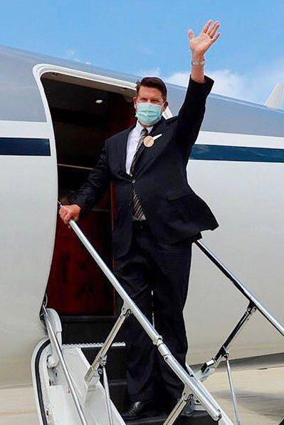 美國國務院次卿克拉奇昨天下午搭乘專機自松山機場離開台灣,結束三天訪台行程。圖/外交部提供