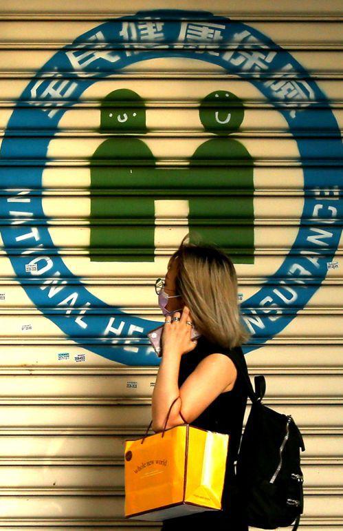 健保署擬強制海外國人補齊出國期間保費,但督保盟認為,一旦強制納保,可能出現「買不起公車票者不能停,買得起機票可停」亂象。示意圖。 記者林澔一/攝影