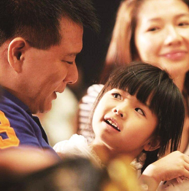 ↑蔡詩萍和太太林書煒、女兒童年時的合照。 圖/取自50+(Fifty Plus)