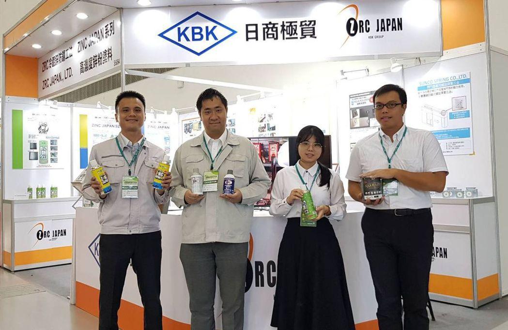 日商極貿參加2020高雄國際建材大展,由台灣總經理鈴木秀紀(左二)帶領,展示多項...