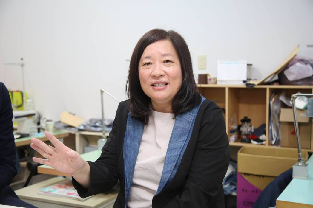台北市婦女新知協會理事長蔣念祖博士指出,新知工坊重製的工作看似簡單,其實非常費工...