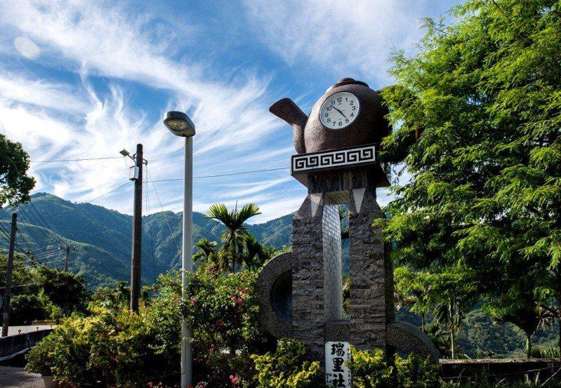 ▴位於茶壺民宿正前方的大茶壺時鐘,同時是瑞里的明顯地標 / 圖片來源:陳佩玉攝