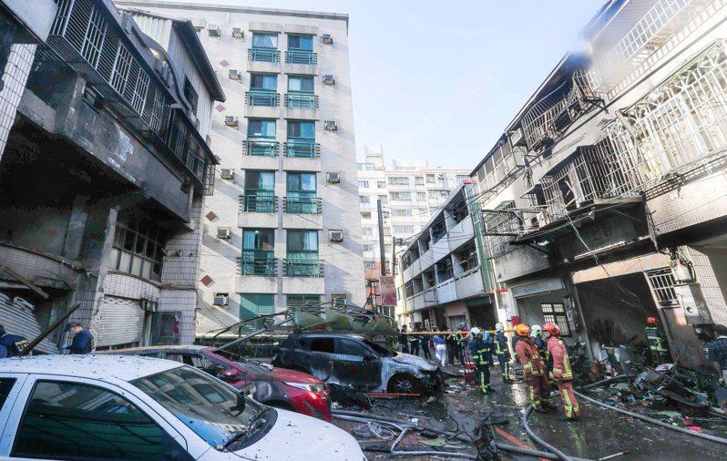 台中東海商圈氣爆造成四死慘劇,發生氣爆的陳宅(左)二樓樓板塌陷,還波及隔鄰及對面住家(右)。記者黃仲裕/攝影
