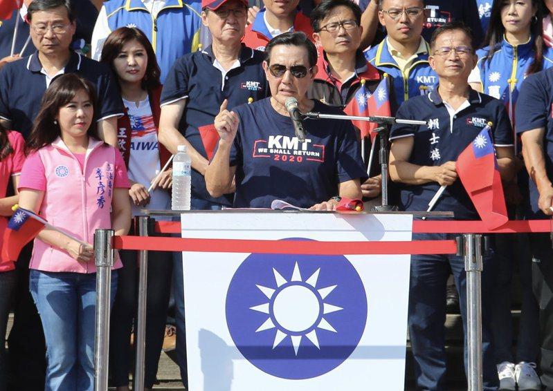 去年國慶日,國民黨與松濤社舉辦「愛國旗愛國家國慶大會」前總統馬英九(中)等人出席。圖/聯合報系資料照片