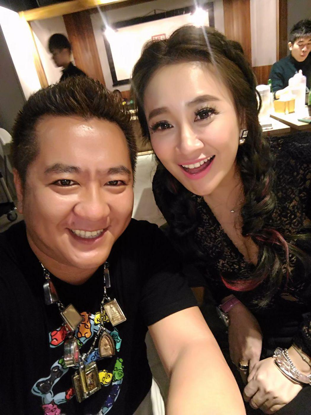 「自由哥」王柏翔(左)常分享與藝人合影畫面。圖/翻攝自由哥臉書