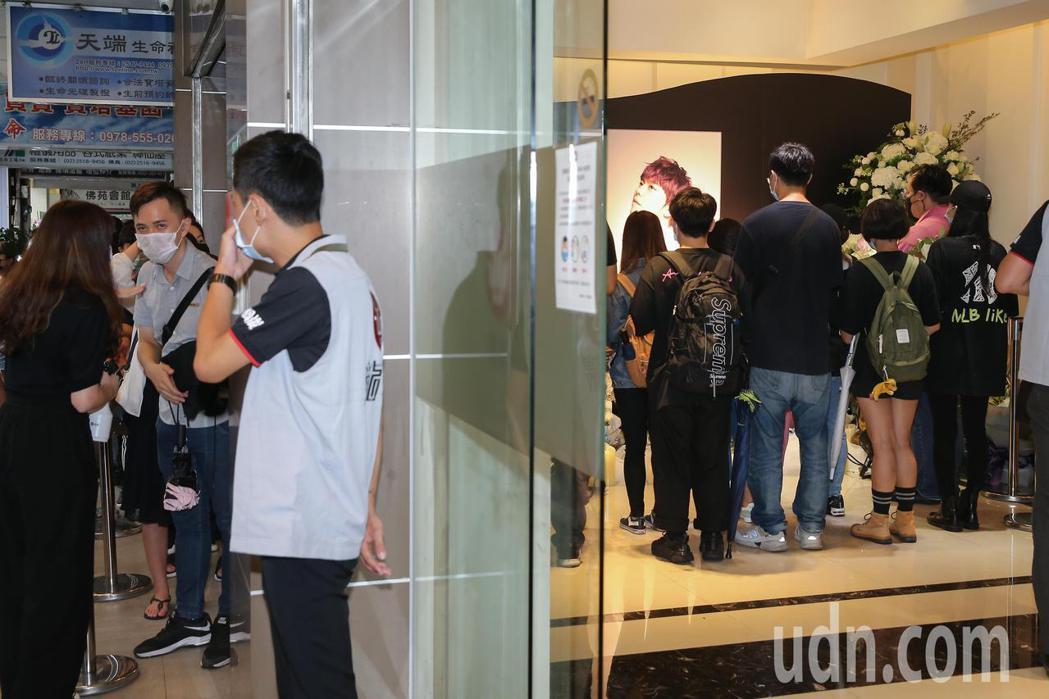 小鬼靈堂開放第二日,許多粉絲前往弔唁。記者季相儒/攝影