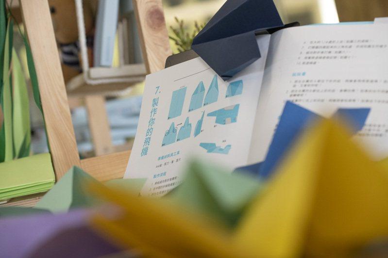 竹市府與美感細胞合作研發國小自然課教材「如果風看得見」,將原本深奧的科學原理以淺顯易懂的方式讓學生更了解新竹地理特色及科學知識,並作為各國小3至6年級學生補充教材。圖/新竹市政府提供