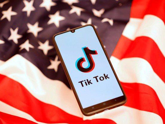 自20日深夜起,在美國境內的蘋果和谷歌應用程式商店,都會將海外版抖音TikTok下架。路透