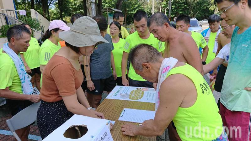林務局嘉義林管處今天在漁光島舉行保安林的投票命名活動,吸引遊客、慢跑人士投票。記者鄭惠仁/攝影