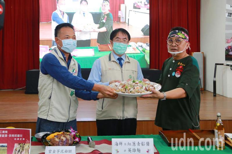 台南市安南區公所今天舉辦「台江濃情-紅蔥當頭‧安南就醬玩」社區營造成果展,展現紅蔥頭好料理。記者鄭惠仁/攝影