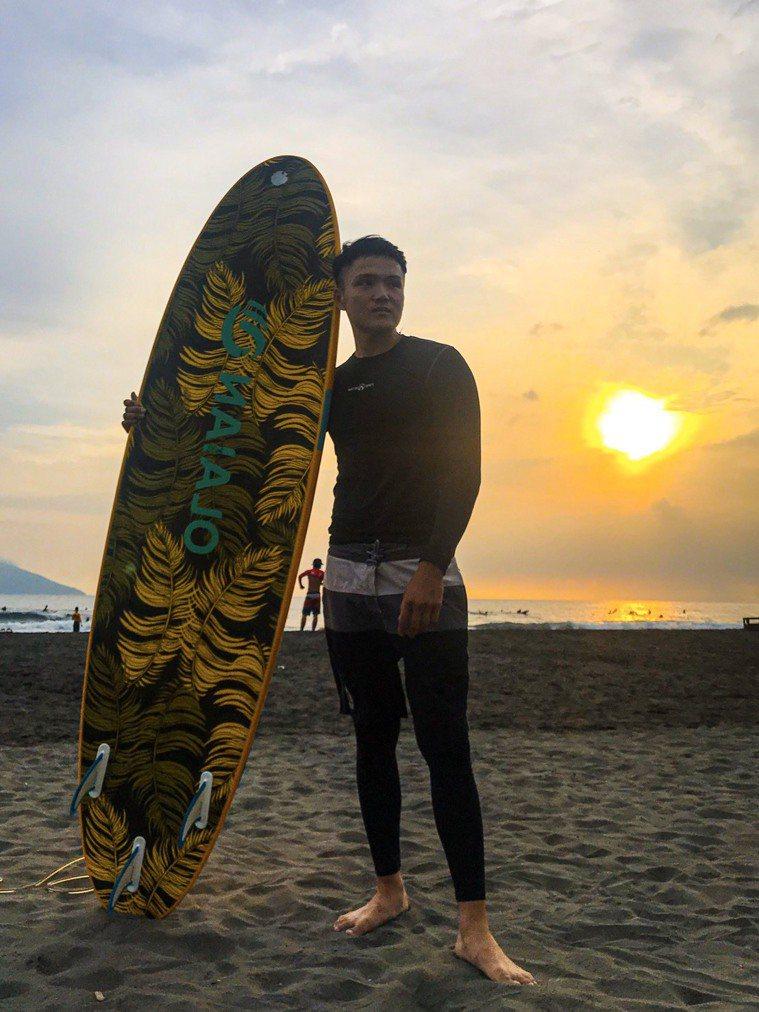 現年27歲的劉律杰喜歡重訓、衝浪,看不出過去十年曾經三度對抗兩種癌、兩次髖關節手...