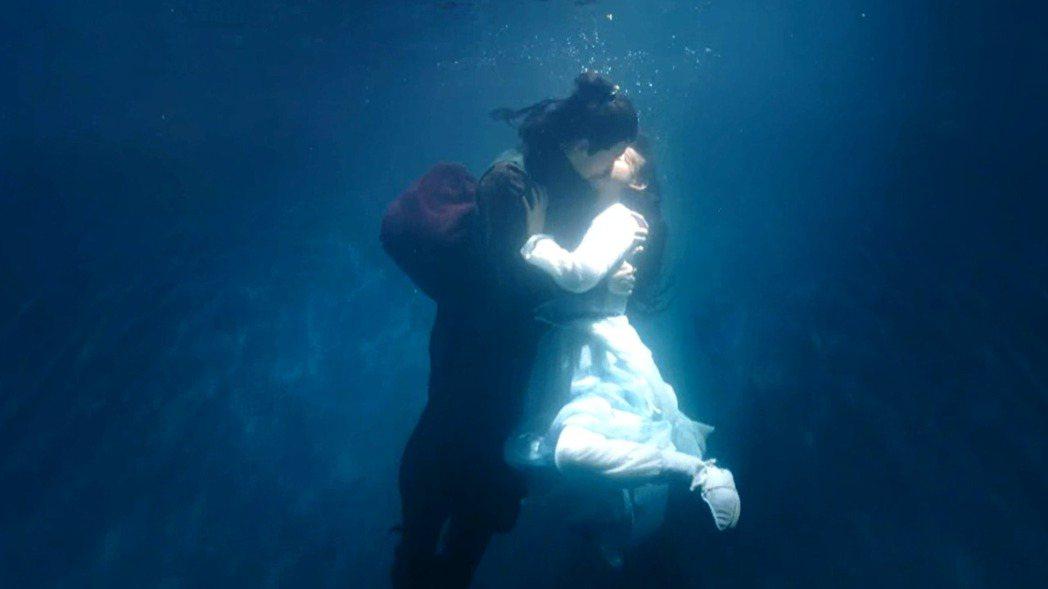 「鳳弈」水中接吻橋段,讓徐正溪(左)與何泓姍成「生死之交」。圖/八大提供