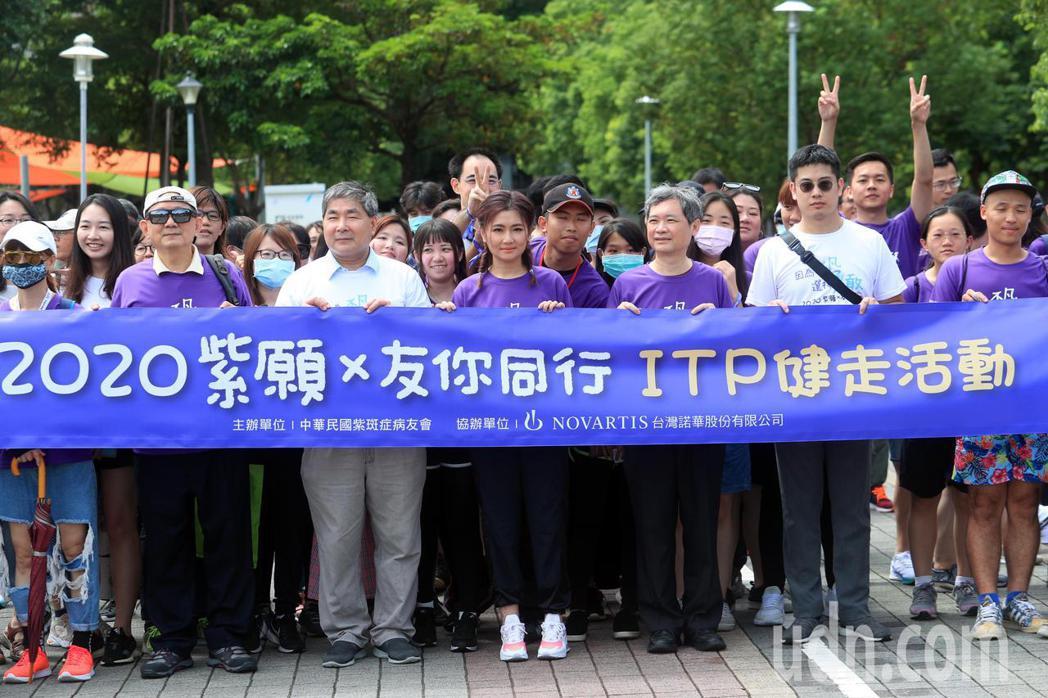 藝人Selina任家萱(中)擔任衛教大使,與血液腫瘤科醫師以及ITP病友一起健走