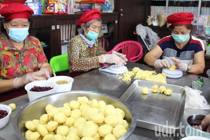 竹林社區中秋限定綠豆椪由社區婆婆媽媽製作。記者林敬家/攝影