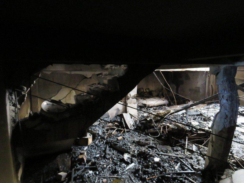 台中市東海商圈昨凌晨發生嚴重氣爆,和引起氣爆的新興路59巷11號相鄰的9號民宅地下室斷垣殘壁,屋主形容「好像經過恐攻、戰爭」。記者黃寅/攝影