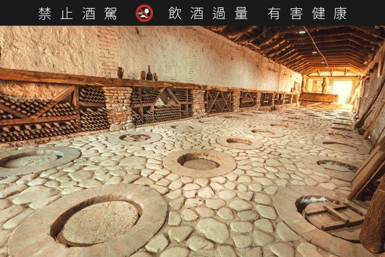 將陶甕深埋在恆溫的泥土,能夠在發酵期間保持最佳狀態。圖/高加索酒櫃提供。提醒您:...