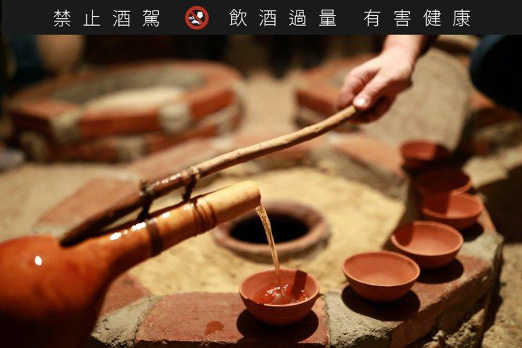 葡萄發酵後裝入陶甕,並以蜂蠟密封將整顆陶甕深進土壤中。圖/高加索酒櫃提供。提醒您...